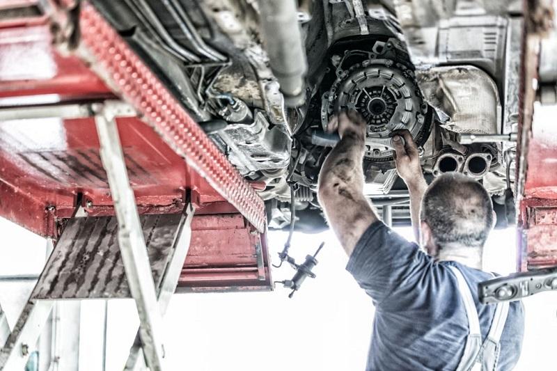 تعمیرکار در حال تعویض دیسک و صفحه خودرو