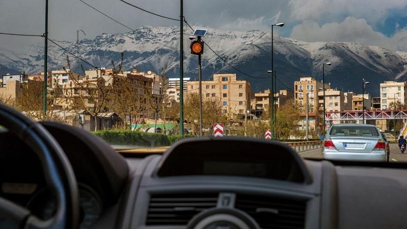 نمای درونی خودرو در حال مسیریابی تهران