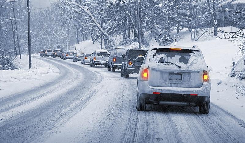 رعایت فاصله با خودروی جلویی در هوای برفی میتواند مانع از تصادف یا لیز خوردن خودرو شود
