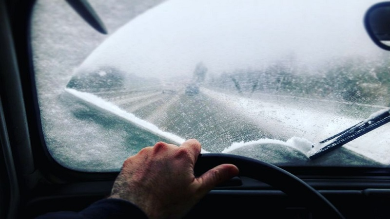 فرمان گرفتن روی جادههای برفی کار حساسی است که باید با دقت انجام شود.