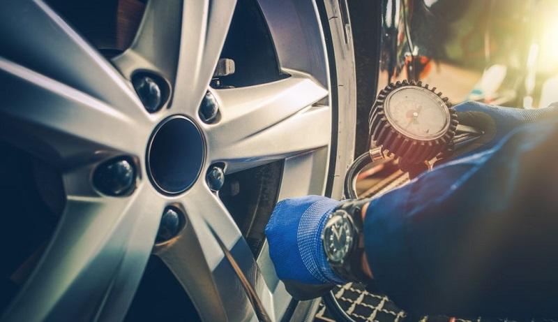 چک کردن باد تایرهای خودرو با استفاده از دستگاه فشارسنج