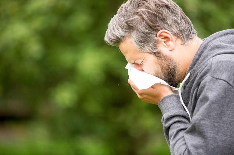 سرفه و آبریزش بینی از علائم آنفلوآنزا هستند.